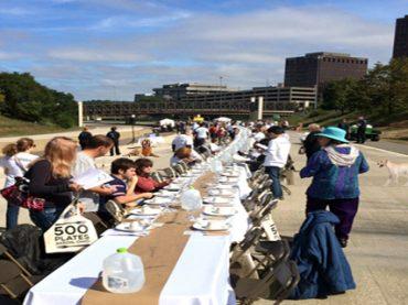 ¿Por qué comen 500 personas en una autopista?