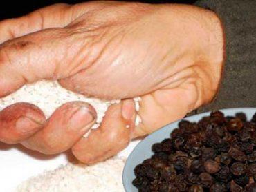 Agarra Un Puñado de Arroz y 3 Granos de Pimienta Negra e Introdúcelos en Un Frasco.